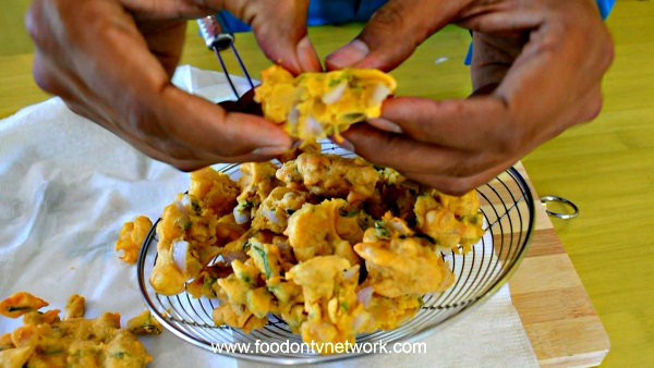 How to make Onion Pakoda Recipe in Hindi.
